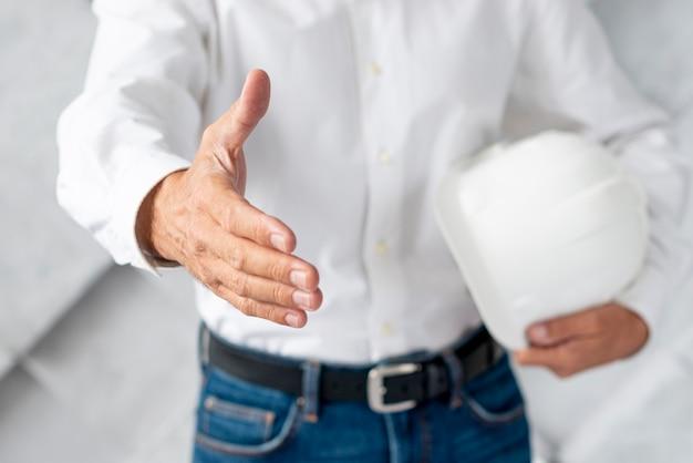 Nahaufnahmearchitekt, der einen handshake gibt Kostenlose Fotos