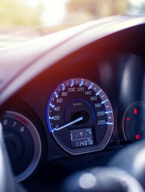 Nahaufnahmearmaturenbrett des kilometerautos Premium Fotos