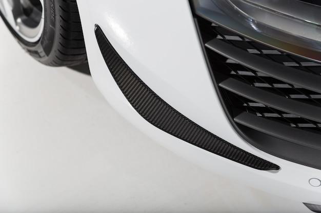 Nahaufnahmeaufnahme der außendetails eines modernen weißen autos Kostenlose Fotos