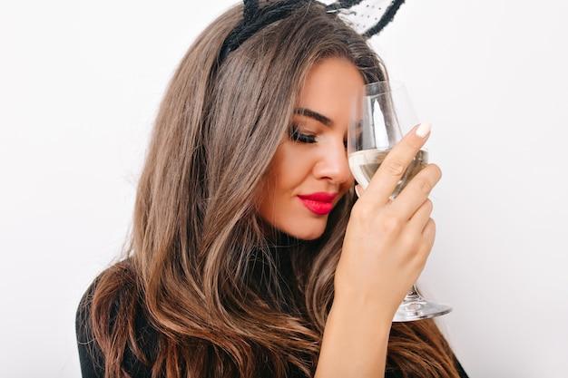 Nahaufnahmeaufnahme der erstaunlichen frau mit langen wimpern, die wein trinken Kostenlose Fotos