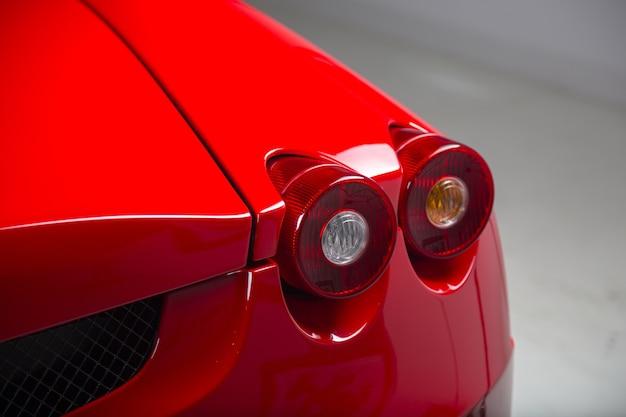 Nahaufnahmeaufnahme der scheinwerfer eines modernen roten autos Kostenlose Fotos