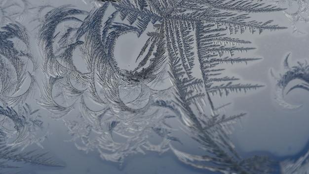 Nahaufnahmeaufnahme der schönen frostmuster und der texturen auf einem glas Kostenlose Fotos