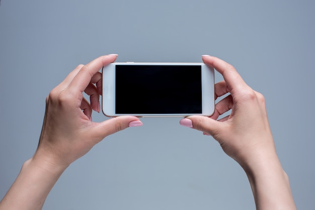 Nahaufnahmeaufnahme einer frau, die auf handy schreibt Kostenlose Fotos