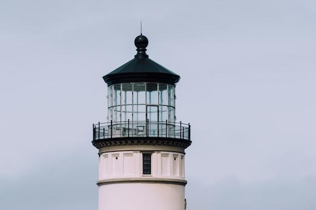 Nahaufnahmeaufnahme eines leuchtturms mit einem blauen bewölkten himmel Kostenlose Fotos