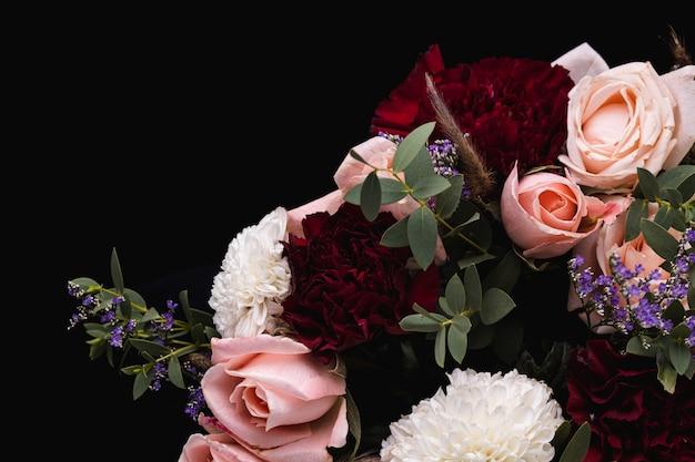 Nahaufnahmeaufnahme eines luxuriösen straußes von rosa rosen und weißen, roten dahlien Kostenlose Fotos