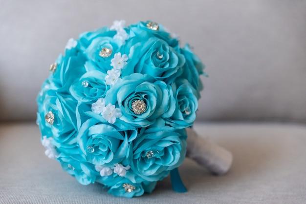 Nahaufnahmeaufnahme eines schönen hochzeitsstraußes, der von den blauen blumen und von den juwelen gemacht wird Kostenlose Fotos