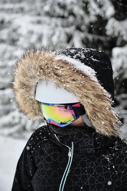 Nahaufnahmeaufnahme eines skifahrers, der pelz-kapuzenjacke und eine schutzbrille am skigebiet alpe d huez, frankreich trägt Kostenlose Fotos