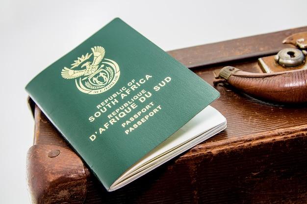 Nahaufnahmeaufnahme eines südafrikanischen passes auf einem braunen gepäck Kostenlose Fotos