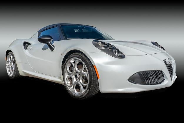 Nahaufnahmeaufnahme eines weißen autos in einem dunklen hintergrund Kostenlose Fotos