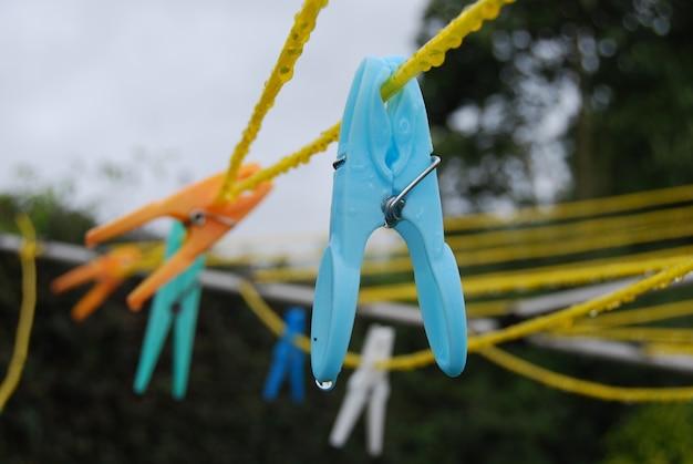 Nahaufnahmeaufnahme vieler bunter wäscheklammern auf gelben kabeln Kostenlose Fotos