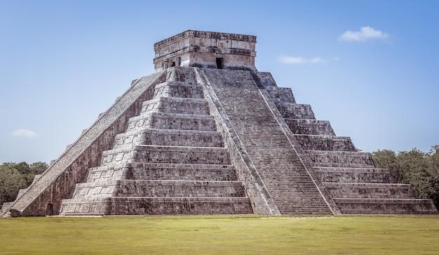 Nahaufnahmeaufnahme von chichen itza in mexiko unter einem klaren blauen himmel Kostenlose Fotos