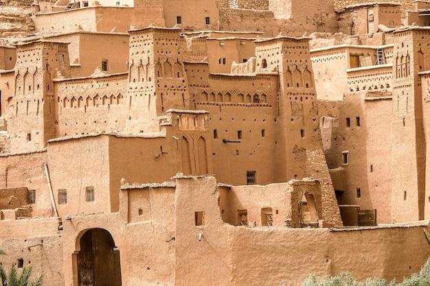 Nahaufnahmeaufnahme von gebäuden aus beton unter der sonne in marokko Kostenlose Fotos