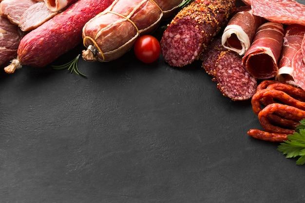 Nahaufnahmeauswahl des geschmackvollen fleisches auf dem tisch Kostenlose Fotos
