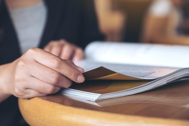 Nahaufnahmebild einer geschäftsfrau, die ein buch im modernen café liest Premium Fotos