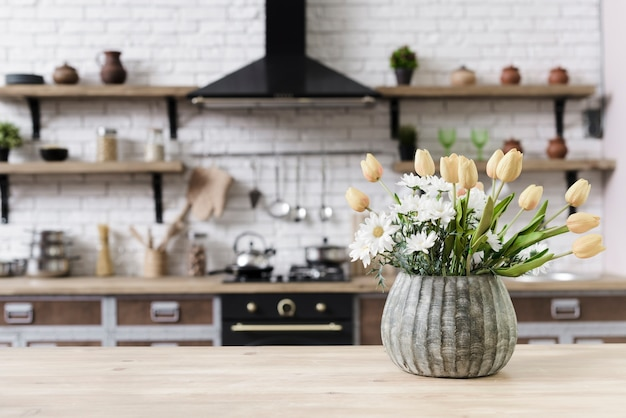 Nahaufnahmeblumendekoration auf tischplatte in der modernen küche Kostenlose Fotos