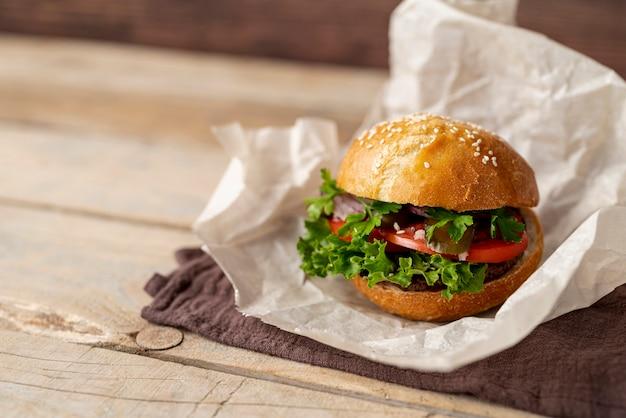 Nahaufnahmeburger mit hölzernem hintergrund Kostenlose Fotos