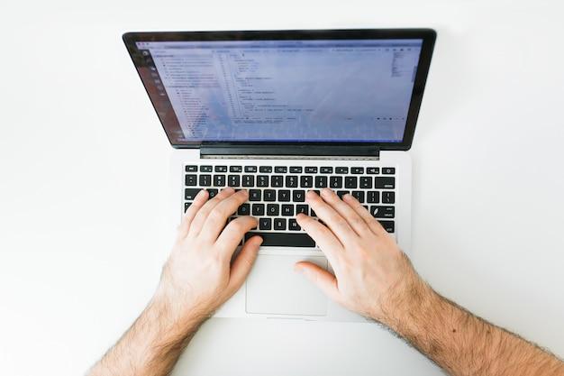 Nahaufnahmecodierung auf schirm, mannhänden, die html kodieren und auf schirmlaptop, entwicklungsnetz, entwickler programmieren Premium Fotos