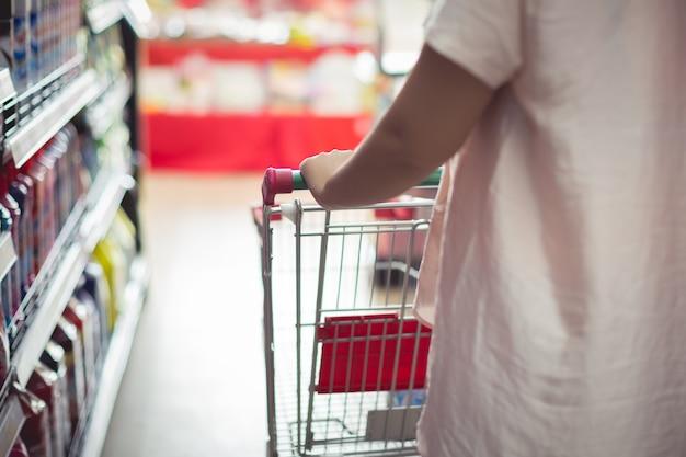 Nahaufnahmedetail eines fraueneinkaufens in einem supermarkt Kostenlose Fotos