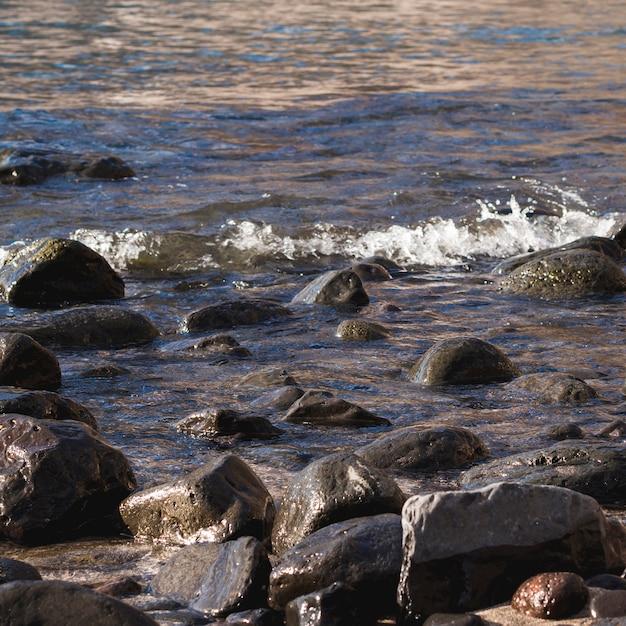 Nahaufnahmefelsen auf wildem strand Kostenlose Fotos