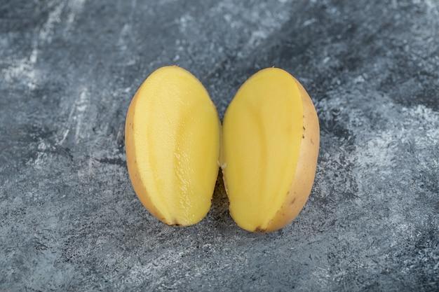 Nahaufnahmefoto der organischen halbgeschnittenen kartoffel. hochwertiges foto Kostenlose Fotos
