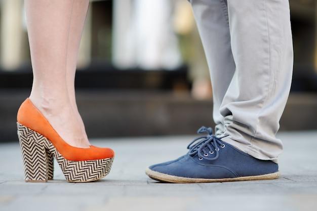 Nahaufnahmefoto von männlichen und weiblichen beinen während eines datums Premium Fotos