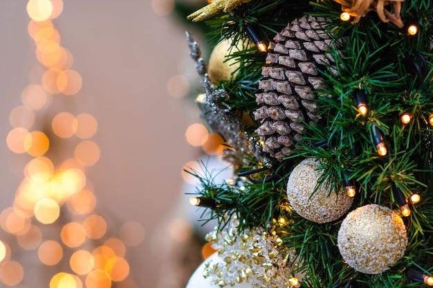 Nahaufnahmefoto. weihnachtsschmuck und lichter. Premium Fotos