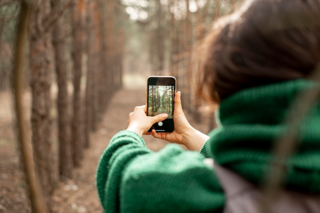 Nahaufnahmefrau, die fotos mit handy macht Premium Fotos