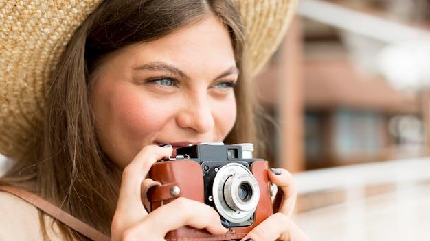 Nahaufnahmefrau, die kamera hält Kostenlose Fotos