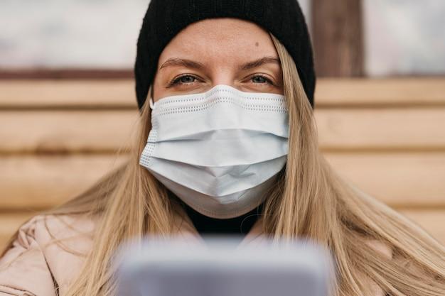 Nahaufnahmefrau, die medizinische maske trägt Kostenlose Fotos