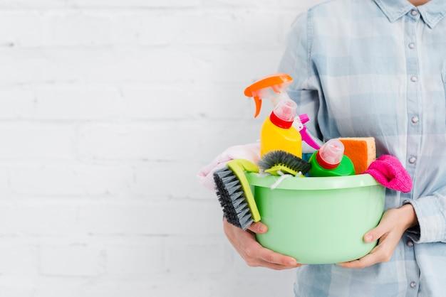 Nahaufnahmefrau, die reinigungsprodukte hält Kostenlose Fotos