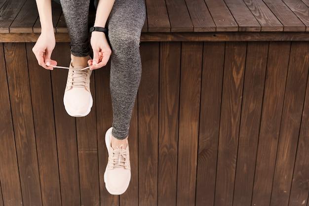 Nahaufnahmefrau in der sportkleidung an der turnhalle Kostenlose Fotos