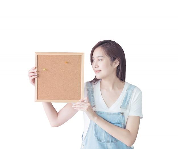 Nahaufnahmefrau mit dem korkenbrett lokalisiert auf weißem hintergrund Premium Fotos