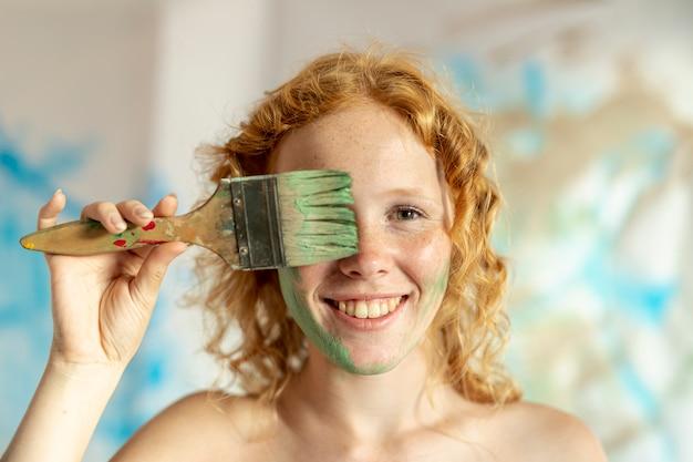 Nahaufnahmefrau mit gemaltem gesicht Kostenlose Fotos