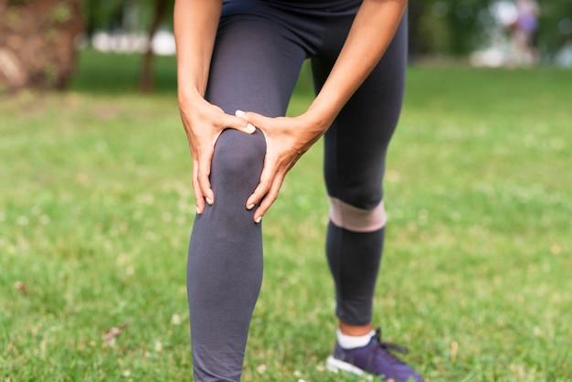 Nahaufnahmefrau mit knieschmerz Kostenlose Fotos