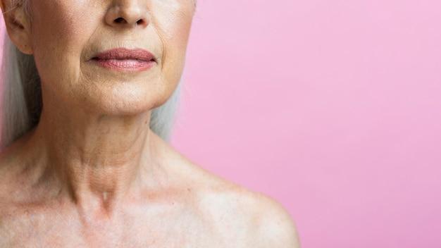 Nahaufnahmefrau mit rosa hintergrund Kostenlose Fotos