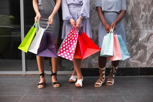 Nahaufnahmefrauen mit einkaufstaschen Kostenlose Fotos