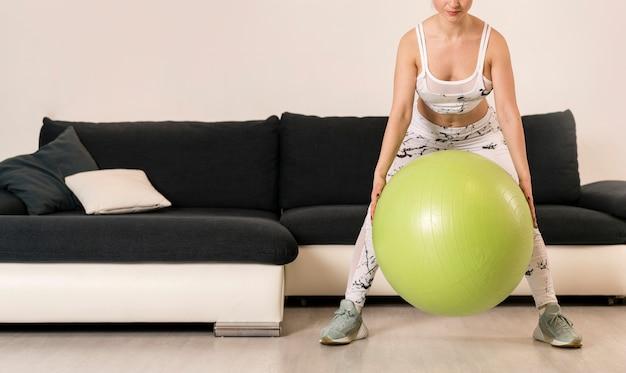 Nahaufnahmefrauentraining mit eignungsball Kostenlose Fotos