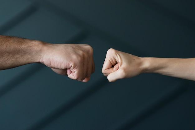 Nahaufnahmefreunde bereit, fäuste zu berühren Kostenlose Fotos