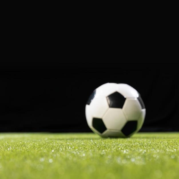 Nahaufnahmefußball auf dem nicken Kostenlose Fotos