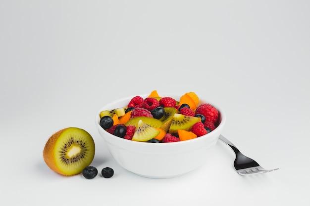 Nahaufnahmegabel mit schüssel frucht Kostenlose Fotos