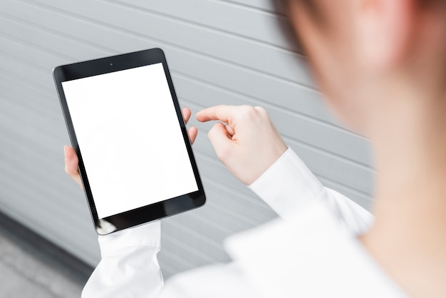 Nahaufnahmegeschäftsfrau mit tablettenmodell Kostenlose Fotos
