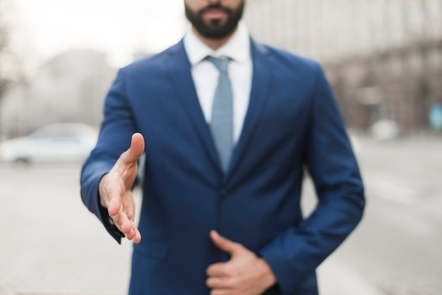 Nahaufnahmegeschäftsmann mit hand bereit zum schütteln Kostenlose Fotos