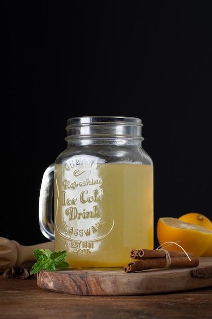 Nahaufnahmeglas mit selbst gemachter limonade Kostenlose Fotos