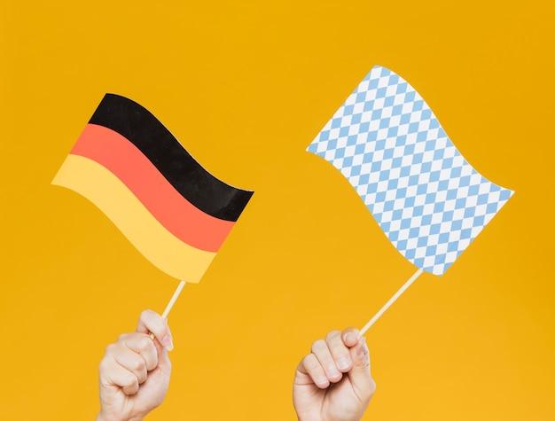 Nahaufnahmehände, die kleine flaggen halten Kostenlose Fotos