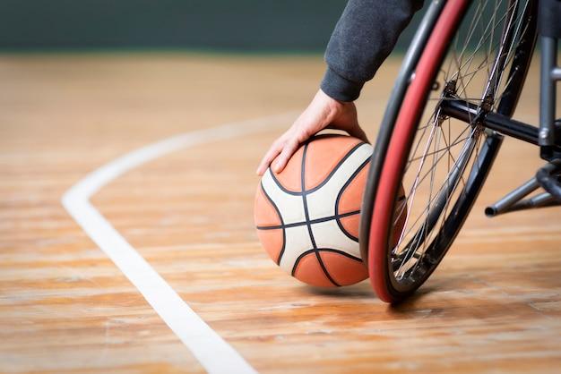 Nahaufnahmehand, die basketball hält Kostenlose Fotos