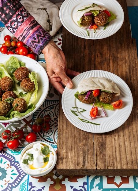 Nahaufnahmehand, die jüdischen nahrungsmittelteller hält Kostenlose Fotos