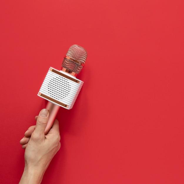 Nahaufnahmehand, die metallisches mikrofon hält Premium Fotos