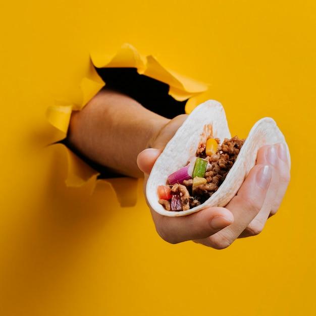 Nahaufnahmehand, die taco hält Premium Fotos