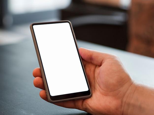 Nahaufnahmehand, die telefonmodell hält Kostenlose Fotos