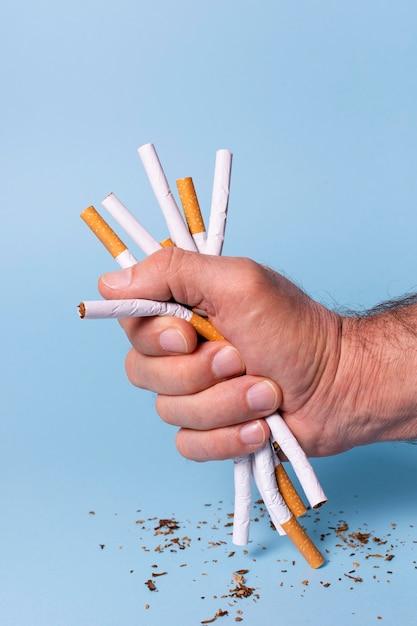 Nahaufnahmehand, die zigaretten hält Kostenlose Fotos